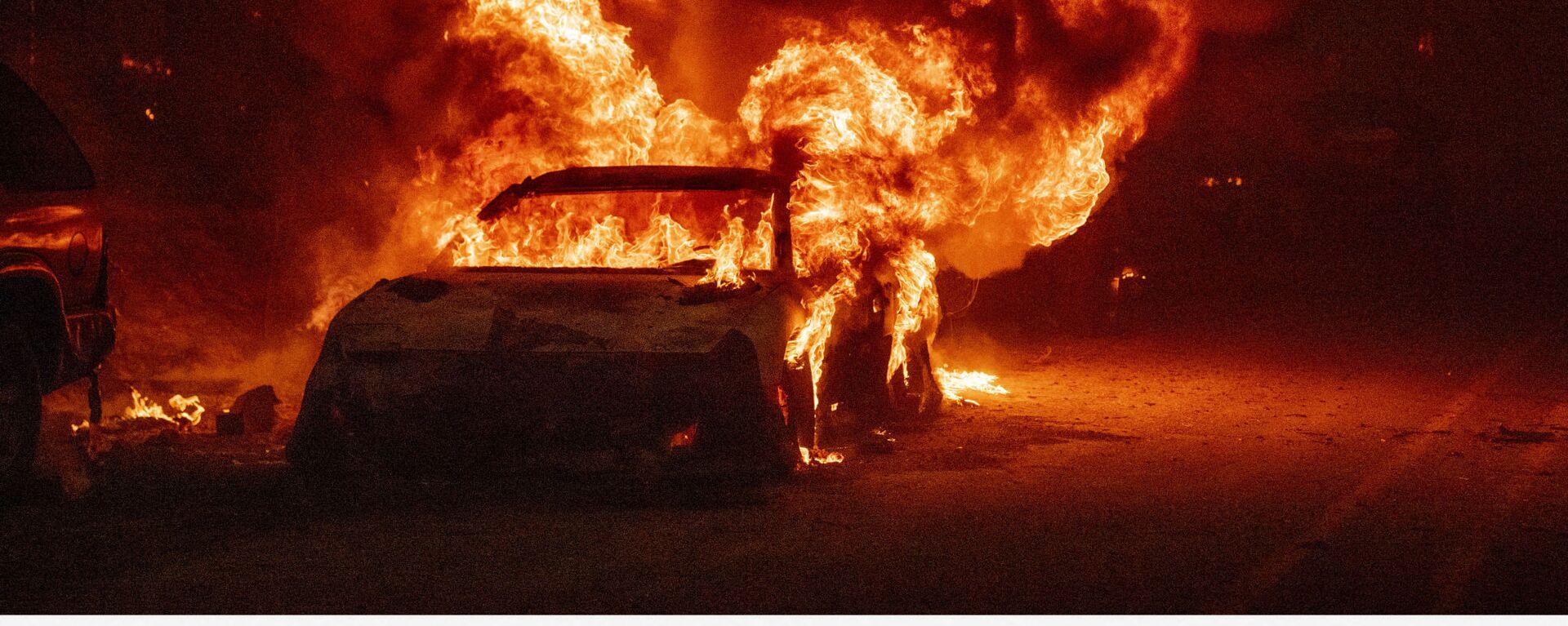Взрыв автомобиля во время пожара Дикси в районе Индиан-Фолс, США - Sputnik Mundo, 1920, 09.08.2021