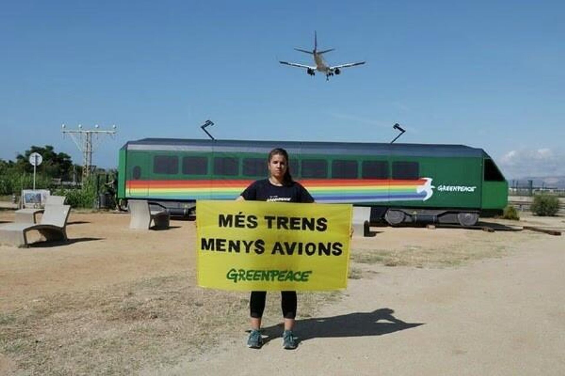 Greenpeace lleva un vagón al Aeropuerto de Barcelona para exigir más trenes y menos aviones, el 8 de junio de 2021 - Sputnik Mundo, 1920, 09.08.2021
