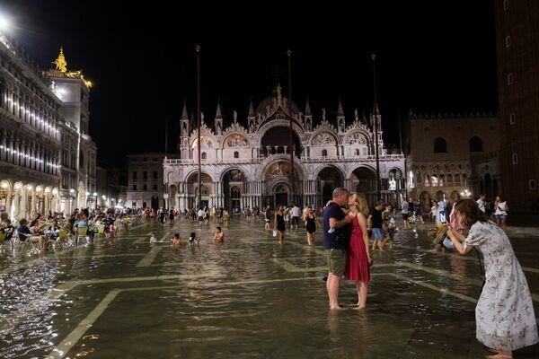 La subida del agua en Venecia suele tener lugar entre los meses de octubre y abril. Esta es la quinta vez que es registrada en verano. - Sputnik Mundo