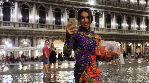 Люди на затопленной площади Святого Марка в Венеции - Sputnik Mundo