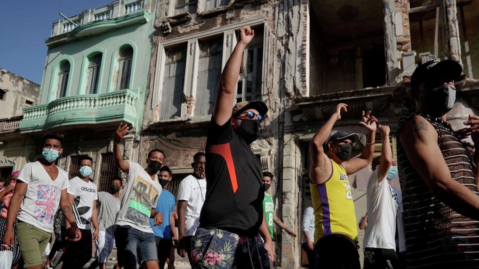 La gente durante una protesta contra y en apoyo al Gobierno, en medio del brote del coronavirus, en La Habana, Cuba, el 11 de julio de 2021 - Sputnik Mundo, 1920, 10.08.2021