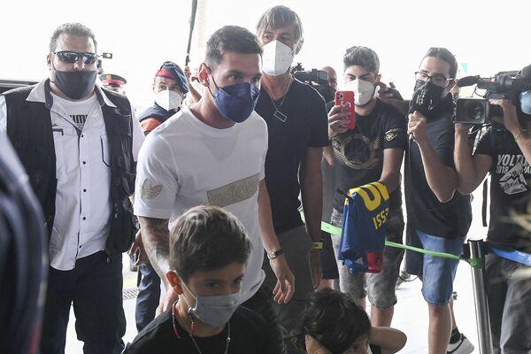 El delantero argentino llega con su familia al aeropuerto de El Prat en Barcelona para tomar un vuelo a París, ciudad que se convertirá en su hogar por los próximos dos años - Sputnik Mundo