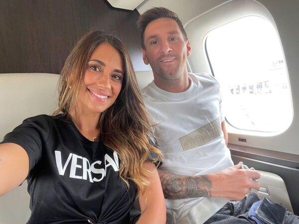 Lionel Messi y su esposa Antonela Roccuzzo posan dentro de su jet privado de camino a París - Sputnik Mundo