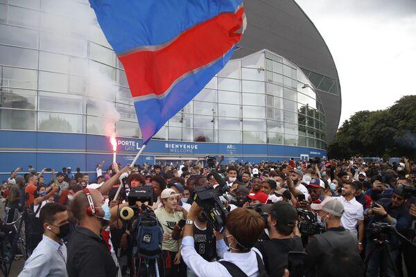 Aficionados vitorean fuera del estadio Parque de los Príncipes del PSG luego de que Messi aterrizara en el aeropuerto de Le Bourget, cerca de París - Sputnik Mundo