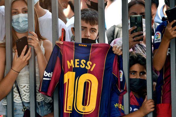 La fanaticada del Barcelona espera fuera del Camp Nou que termine la conferencia de prensa donde Lionel Messi comunicó su salida del club azulgrana - Sputnik Mundo