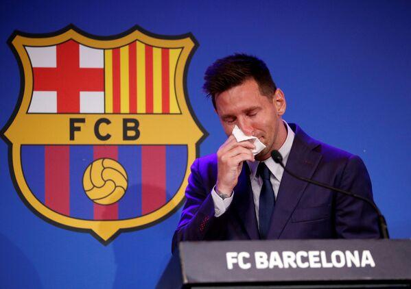 El futbolista argentino Lionel Messi llora en su última rueda de prensa como jugador del club español Barcelona el 8 de agosto en Barcelona (España). - Sputnik Mundo