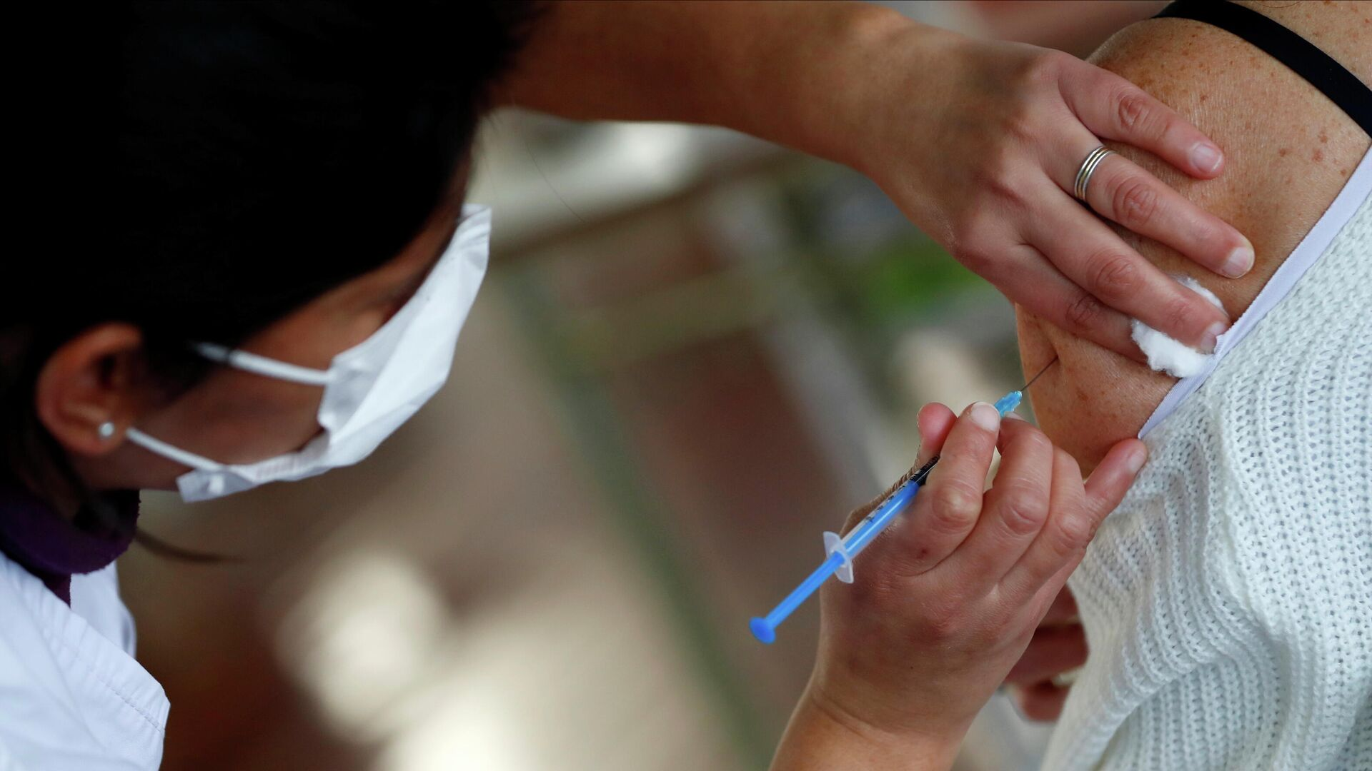 Un trabajador de salud inyecta una dosis de la vacuna Sputnik V en un centro de vacunación COVID-19 en Buenos Aires, Argentina, el 6 de agosto de 2021 - Sputnik Mundo, 1920, 11.08.2021