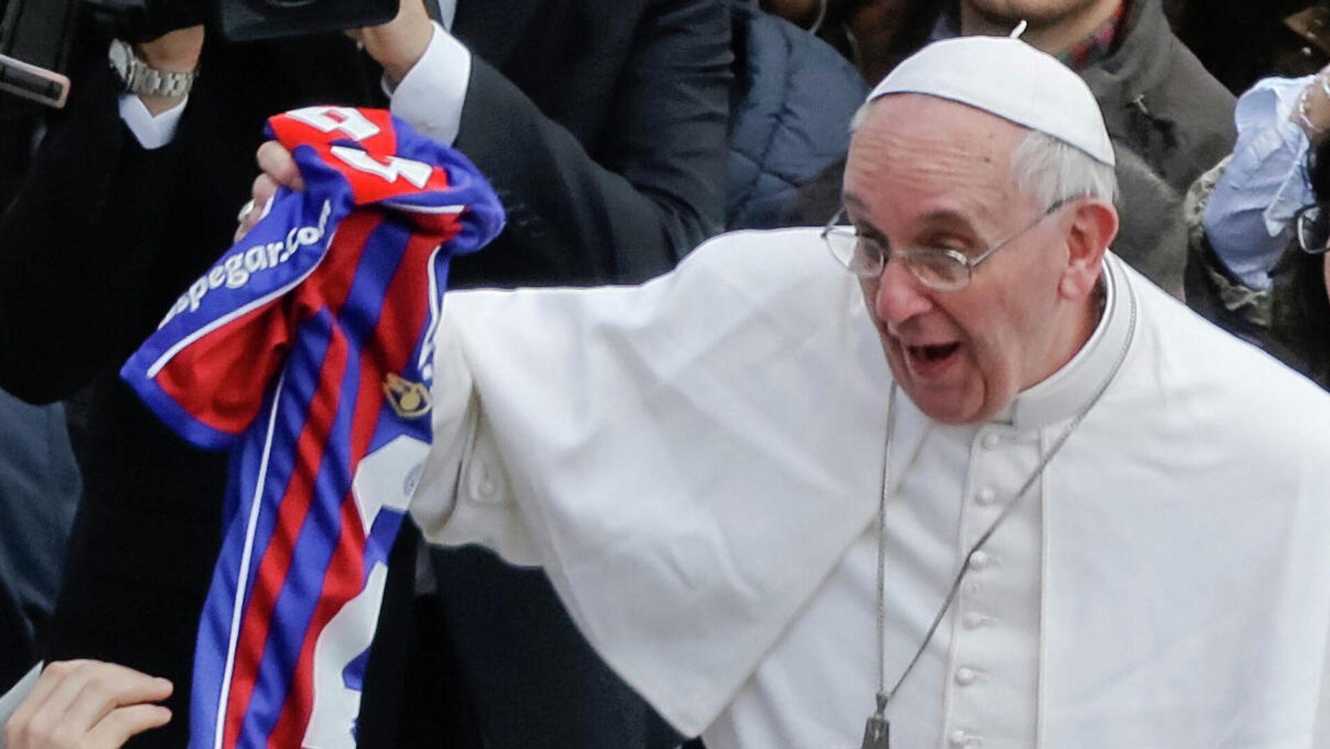 El papa Franciso con una camiseta de San Lorenzo de Almagro - Sputnik Mundo, 1920, 13.08.2021
