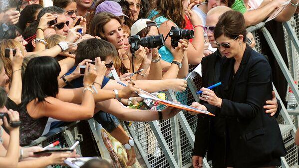 Julia Roberts es otra exitosa actriz hollywoodense que firma sus autógrafos con la mano izquierda.En la foto: Julia Roberts tras la proyección de su película Eat, Pray, Love  —Come, reza, amaen España; Comer, rezar, amaren Hispanoamérica— en San Sebastián (España), 2010. - Sputnik Mundo
