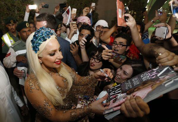 La cantante Lady Gaga también es una ilustre representante de los zurdos. Sin embargo, la cantante toca la guitarra a la diestra.En la foto: Lady Gaga firma autógrafos en el aeropuerto de Dubai (Emiratos Árabes Unidos), 2014. - Sputnik Mundo