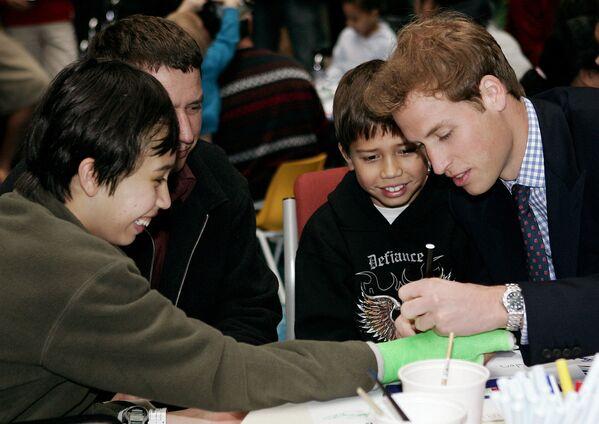 El príncipe William puede considerarse un zurdo hereditario: su padre, el príncipe Carlos y su abuela, la reina Isabel II, también prefieren la mano izquierda a la derecha. Otra famosa pariente suya, la reina Victoria, también era zurda.En la foto: el príncipe William durante una visita a un hospital infantil en Auckland (Nueva Zelanda), 2005. - Sputnik Mundo