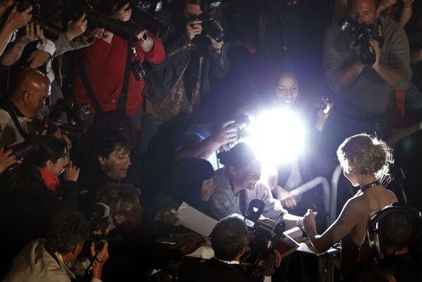 La actriz Nicole Kidman nació zurda, pero aprendió a escribir con la mano derecha a la edad de 35 años mientras se preparaba para interpretar a Virginia Woolf en Las horas.En la foto: Nicole Kidman firma autógrafos en el Festival de Cine de Cannes (Francia), 2012. - Sputnik Mundo