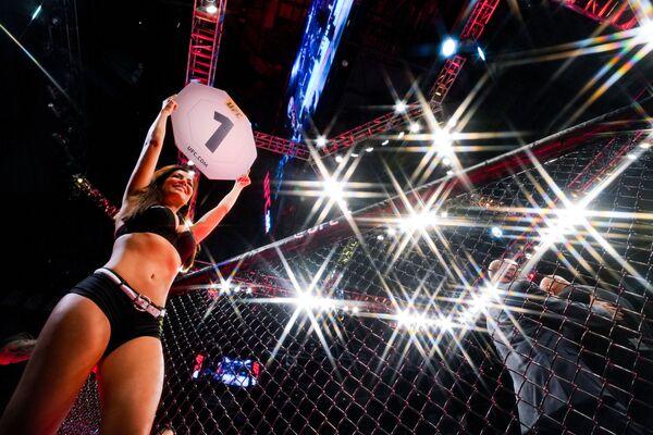 Una ring girl anuncia el primer asalto en una lucha de artes marciales mixtas en el torneo UFC 265 en la ciudad de Houston, Texas (EEUU). - Sputnik Mundo