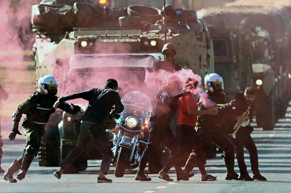 Unos soldados detienen a manifestantes que intentan bloquear un desfile militar frente al Palacio de Planalto —la sede del Poder Ejecutivo— en Brasilia (Brasil) el 10 de agosto. - Sputnik Mundo