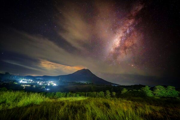 La salida del Sol sobre el volcán Sinabung en el norte de Sumatra (Indonesia) el 8 de agosto. - Sputnik Mundo