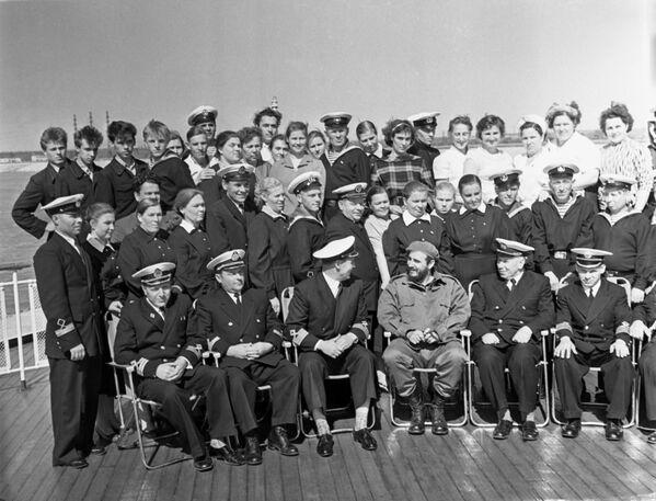 Fidel Castro Ruz llegó hasta la ciudad de Volgogrado donde, junto con la tripulación de un barco, hizo un viaje por el conocido río ruso Volga. - Sputnik Mundo