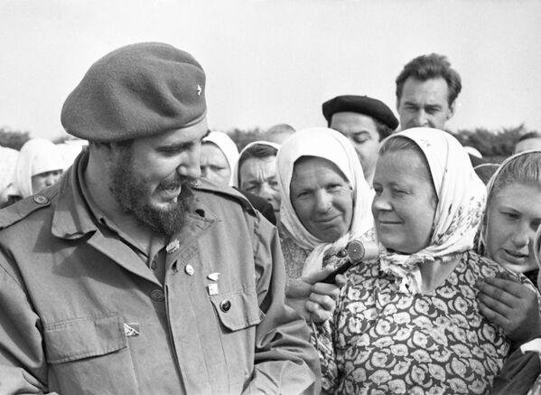 La Unión Soviética era muy extensa en territorio y acogía lo que hoy en día son otros países. Fidel Castro visitó lugares más alejados como Ucrania. En la foto: el líder cubano saluda de cerca a los agricultores ucranianos. - Sputnik Mundo