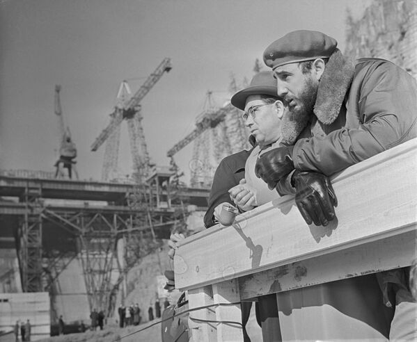 Durante su viaje por Siberia, Fidel Castro pudo visitar la construcción de una central hidroeléctrica de Bratsk, donde observó la colosal construcción que continuaba aún en temperaturas bajas. - Sputnik Mundo