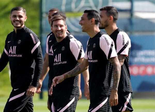 Luego de haber pasado por un chequeo médico, firmado el contrato y visitado el estadio del club francés, Messi ha participado en su primer entrenamiento con el club. - Sputnik Mundo