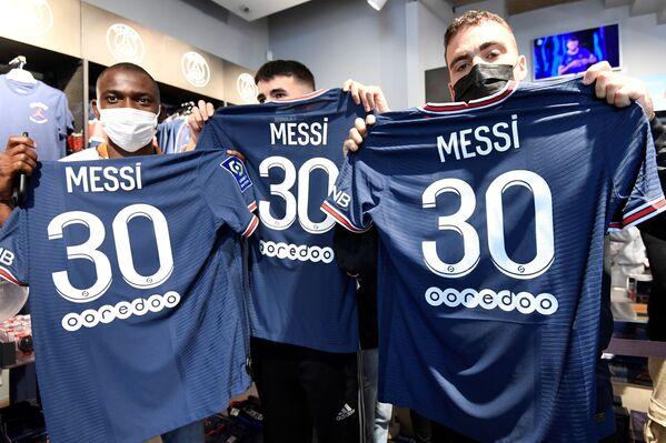 Uno de los acontecimientos que ha marcado la historia del fútbol este 2021 sin duda ha sido el cambio de club del delantero argentino Lionel Messi. El argentino fue fichado oficialmente por el Paris Saint-Germain FC tras la firma de un contrato en formato 2+1, por lo que Messi jugará con este equipo hasta el 2023, con un año adicional como opción. - Sputnik Mundo