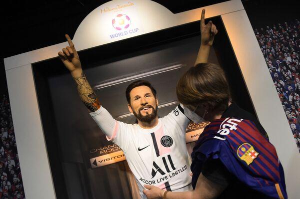 El director técnico del PSG, el argentino Mauricio Pochettino, tiene muchas esperanzas puestas en Messi. En la foto: el muñeco de cera de Lionel Messi con la camiseta del PSG en el famoso museo de cera Madame Tussauds. - Sputnik Mundo