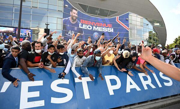 Lionel Messi espera ganar la Liga de Campeones con el PSG y millones de seguidores del astro argentino no tienen duda de ello y planean apoyarlo en todos sus partidos. En la foto: docenas de hinchas se reunieron para darle la bienvenida al astro argentino en París. - Sputnik Mundo
