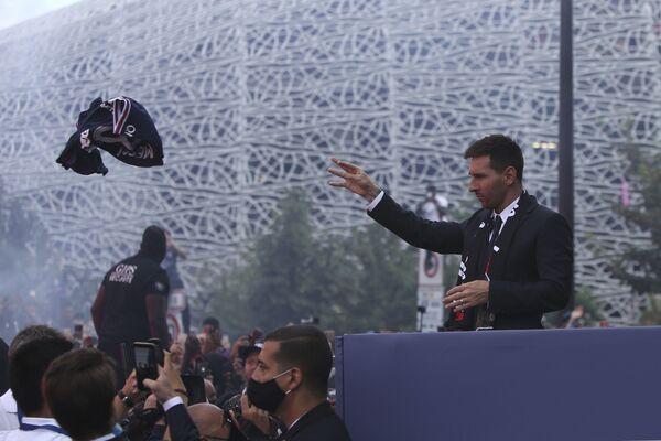 El club parisino le otorgó a Messi vestir la camiseta con el número 30, resulta que este número fue el número con el que debutó la Pulga en el Camp Nou, por lo que tiene sentido que sea con esta camiseta que se estrene en París. En la foto: Messi lanza su camiseta a los aficionados del PSG. - Sputnik Mundo