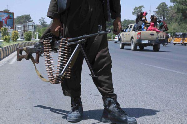 En 2001, la 'Operación Libertad Duradera' liderada por EEUU condujo al derrocamiento del régimen talibán en Afganistán. Esto ocurrió después de los atentados del 11 de septiembre de 2001, orquestados por el líder de Al Qaeda, Osama bin Laden, que se había refugiado con los talibanes. EEUU llegó a un acuerdo con los talibanes en 2021 en el que prometía retirarse si no proporcionaban apoyo y bases de entrenamiento a los terroristas. Las negociaciones entre los talibanes y el gobierno afgano fracasaron, pero los estadounidenses abandonaron Afganistán de todos modos y los militantes lograron apoderarse del país. En la foto: Los talibanes rondan en una calle de la ciudad de Herat, en el noroeste de Afganistán. - Sputnik Mundo