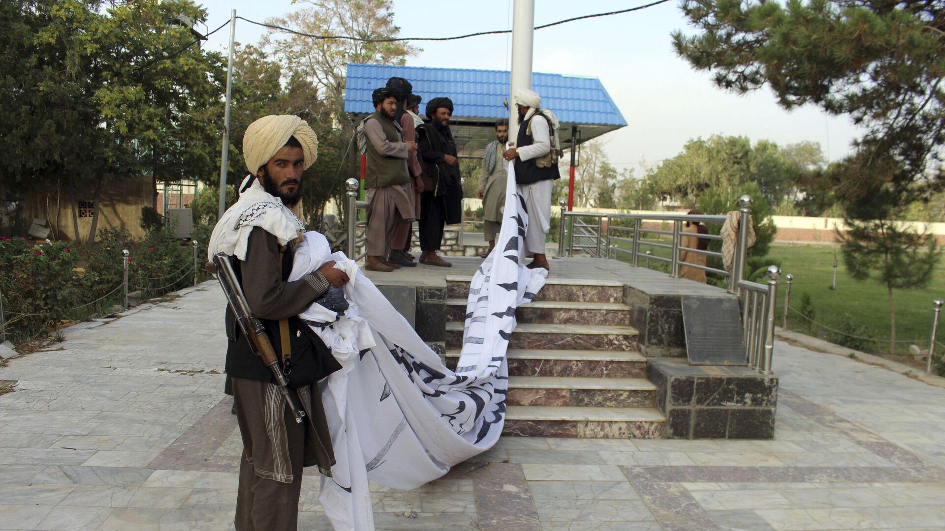 Боевики Талибан* поднимают свой флаг в городе Газни  - Sputnik Mundo, 1920, 01.09.2021