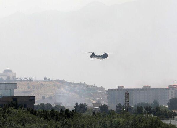 Inicialmente se informó de que el país sería gobernado temporalmente por un consejo de transición que incluiría al expresidente Hamid Karzai, pero los talibanes dijeron que ellos estaban esperando un traspaso de poder completo sin un gobierno de transición. En la foto: un helicóptero de transporte militar CH-46 Sea Knight sobrevuela el cielo de Kabul. - Sputnik Mundo
