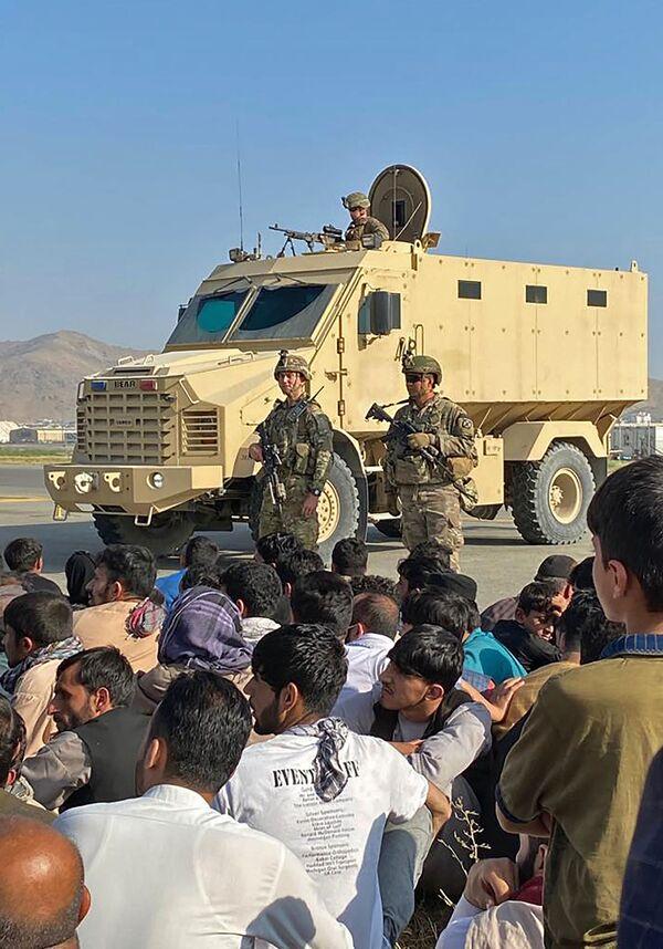 Los talibanes se apoderaron de Afganistán en cuestión de semanas, EEUU ni siquiera ha tenido tiempo de retirar completamente su contingente militar del país. Los diplomáticos estadounidenses fueron evacuados de la Embajada de EEUU en Kabul en helicóptero. En la foto: dos soldados estadounidenses en el aeropuerto internacional de Kabul. - Sputnik Mundo