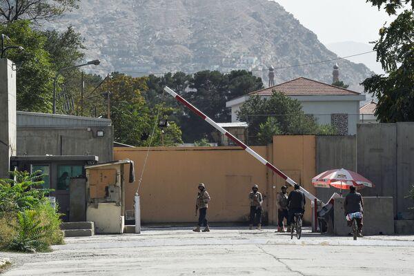 Los diplomáticos estadounidenses que abandonaron Kabul se vieron en la necesidad de destruir no solo los documentos clasificados, sino también las banderas estadounidenses. En la foto: varios soldados de las fuerzas de seguridad afganas en la 'Zona Verde' de Kabul. - Sputnik Mundo