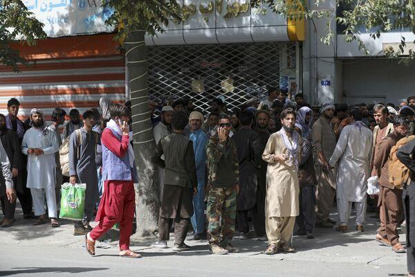 Los residentes de Kabul están huyendo de la capital en pánico. Los bancos están revueltos: muchos de ellos se apresuraron a cerrar sus cuentas antes de huir. En la foto: la cola en un banco de Kabul. - Sputnik Mundo
