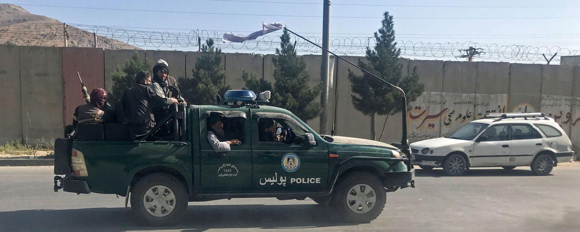 Combatientes talibanes viajan en un vehículo policial en Kabul - Sputnik Mundo, 1920, 17.08.2021