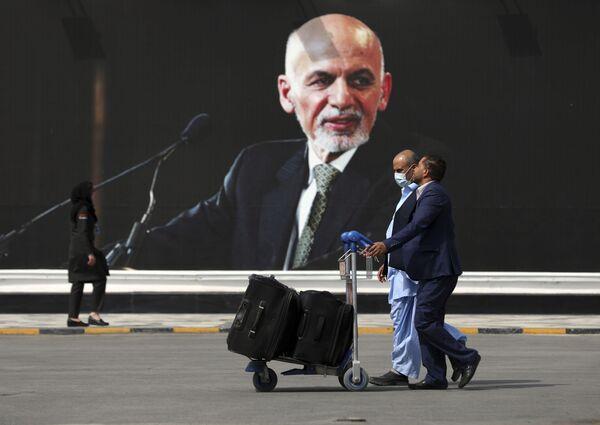 El movimiento islamista radical 'Talibán' apareció en Afganistán en 1994. Los primeros talibanes eran refugiados que huyeron del país a causa de la guerra de 1979-1989 y fueron educados en seminarios islámicos. En 1996, los talibanes capturaron Kabul y proclamaron el Emirato Islámico de Afganistán. En la foto: Varias personas se dirigen a la zona de salidas del aeropuerto internacional de Kabul. - Sputnik Mundo