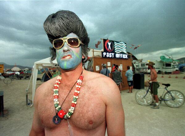 Fue en Tennessee donde el artista comenzó su carrera artística a mediados de los años 50. Uno de sus primeros sencillos, Heartbreak Hotel, se convirtió en un éxito número uno rápidamente.En la foto: un hombre disfrazado de 'Elvis Presley de cara azul' posa para una foto durante el festival Burning Man el 5 de septiembre de 1998 en el desierto de Black Rock en el norte de Nevada (EEUU). - Sputnik Mundo