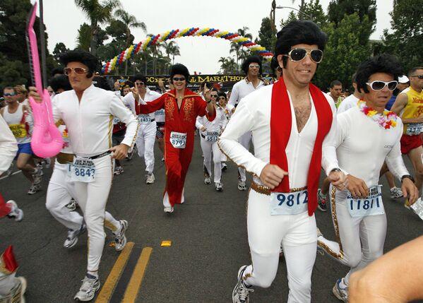 A lo largo de los años, el cantante dio voz a canciones que son consideradas hits atemporales hasta nuestros días. El artista también desarrolló una carrera de actor y protagonizó diversas películas.En la foto: unos corredores disfrazados de Elvis Presley participan de la décima Maratón del Rocanrol en San Diego (EEUU) el 3 de junio de 2007. - Sputnik Mundo