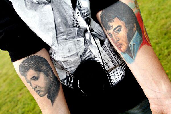 Algunos fans del cantante incluso intentaron excavar su tumba para comprobar si su cuerpo realmente estaba enterrado ahí.En la foto: Dane Stefan Koch, fanático de Elvis Presley y propietario de 1.200 CDS del cantante, muestra sus tatuajes en homenaje al artista en las afueras de su casa en el pequeño pueblo de Ornsbjerg (Dinamarca) el 16 de agosto de 2007. - Sputnik Mundo