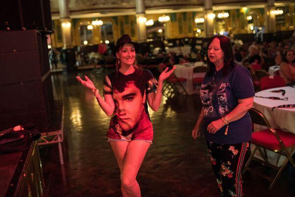 """Una década después de la muerte del músico, a fines de la década de 1980, surgieron algunas organizaciones religiosas en Estados Unidos que deificaban a Presley y esperaban su """"segunda venida"""".En la foto: unas fans de Elvis participan de un evento dedicado al cantante en el Reino Unido el 29 de junio de 2018. - Sputnik Mundo"""