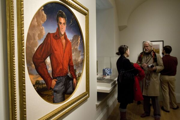 El Elvis Presley virtual fue creado para un episodio especial del programa de televisión estadounidense American Idol, durante el cual el artista incluso cantó a dúo con Celine Dion.En la foto: una pintura de Elvis Presley, parte de la exhibición 'One Life: Echoes of Elvis' en la Galería Nacional de Retratos en Washington (EEUU) el 7 de enero de 2010. - Sputnik Mundo