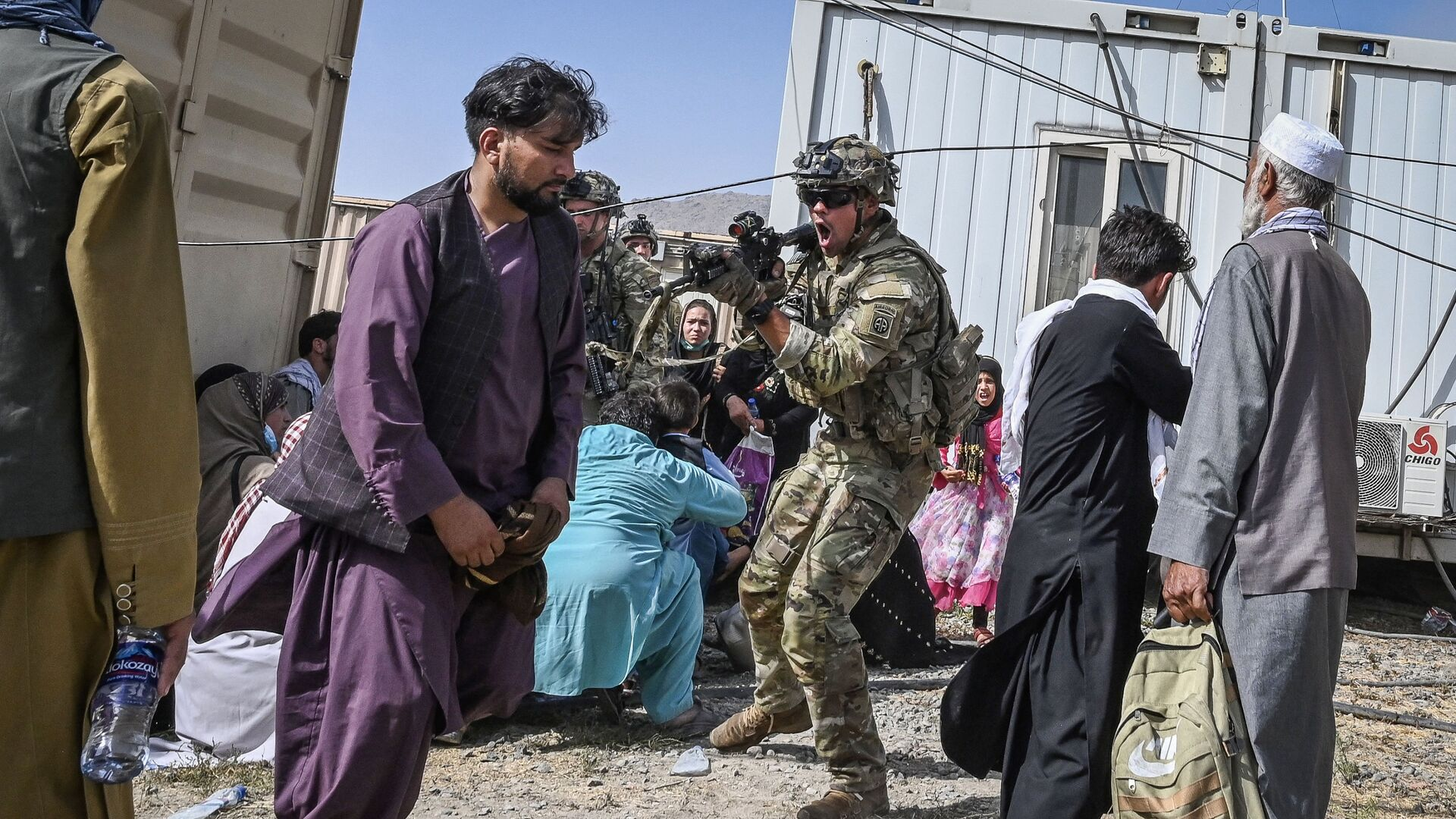Американский солдат целится на афганцев в аэропорту Кабула  - Sputnik Mundo, 1920, 18.08.2021