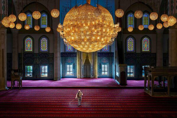 La obra del turco Dilek Uyar Before Worship (Antes de una oración), que muestra cómo son desinfectadas las mezquitas en su país, ocupó el segundo lugar en la categoría La nueva normalidad. - Sputnik Mundo