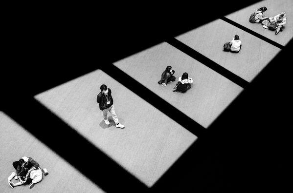 La foto Social Distancing (Distanciamiento social), del hongkonés Jason Au, muestra a los visitantes de un centro comercial que disfrutan del sol pero no se olvidan de las medidas de seguridad sanitaria. Ganó en la categoría Aislamiento. - Sputnik Mundo