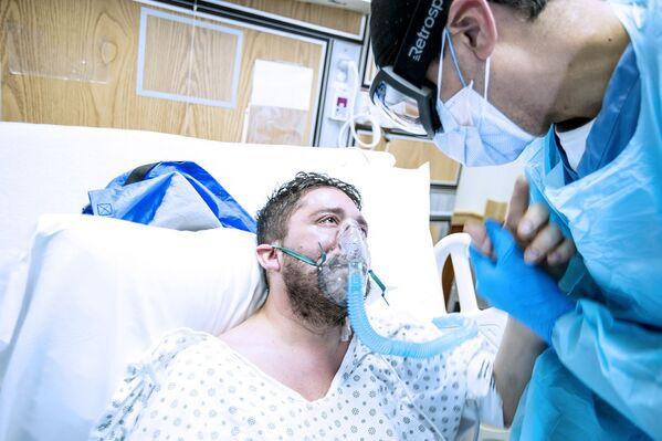 Fue la foto T. thanks doctor Astua for saving his life (T. agradece al doctor Astua por salvarle la vida), del neoyorquino John Rae, la que ganó en dicha categoría. - Sputnik Mundo
