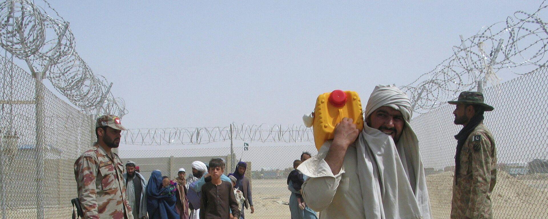 Las personas que llegan de Afganistán se dirigen al punto de cruce de Friendship Gate en la ciudad fronteriza entre Pakistán y Afganistán de Chaman, Pakistán - Sputnik Mundo, 1920, 17.08.2021