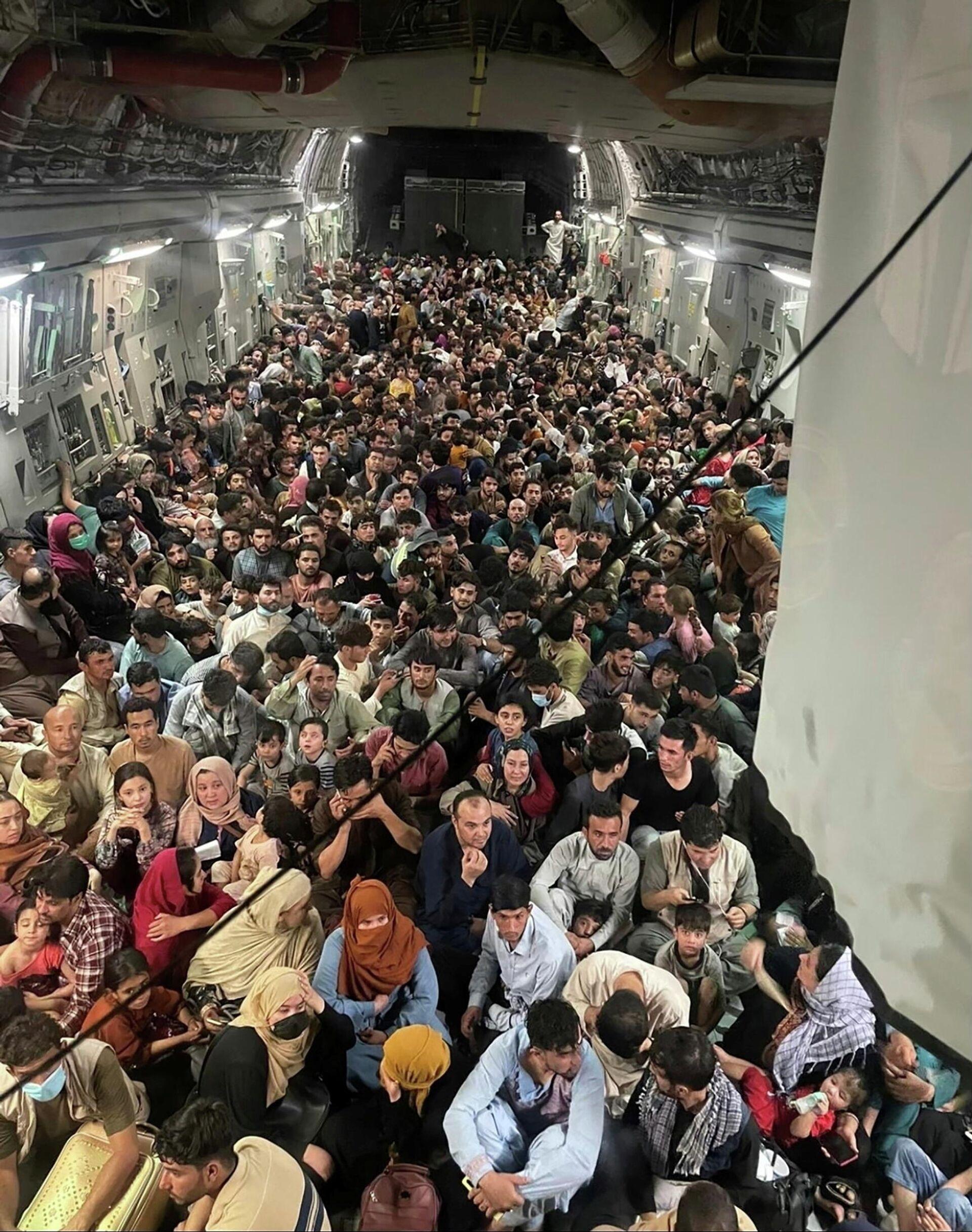Civiles afganos a bordo del C-17 Globemaster - Sputnik Mundo, 1920, 17.08.2021