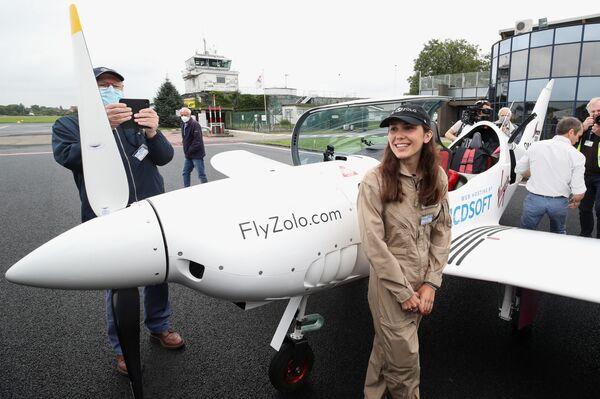 Zara Rutherford despegó a bordo del monoplano Shark. Se trata de una aeronave deportiva ultraligera que puede alcanzar los 330 kilómetros por hora. En la foto: Zara Rutherford antes de comenzar su vuelta al mundo. - Sputnik Mundo