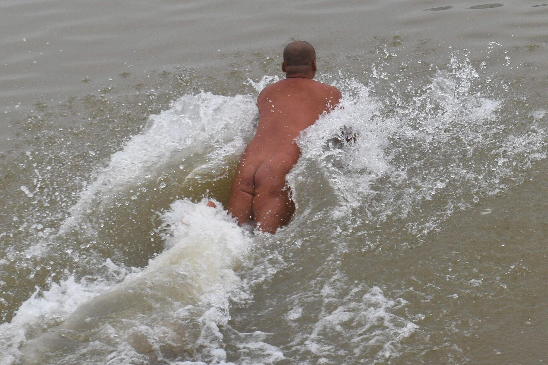 Nudista sumergiéndose en el agua en Hanoi (Vietnam) - Sputnik Mundo, 1920, 19.08.2021