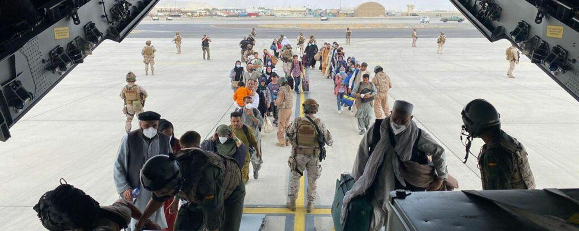 Embarque de evacuados afganos y personal diplomático español en Kabul - Sputnik Mundo, 1920, 19.08.2021
