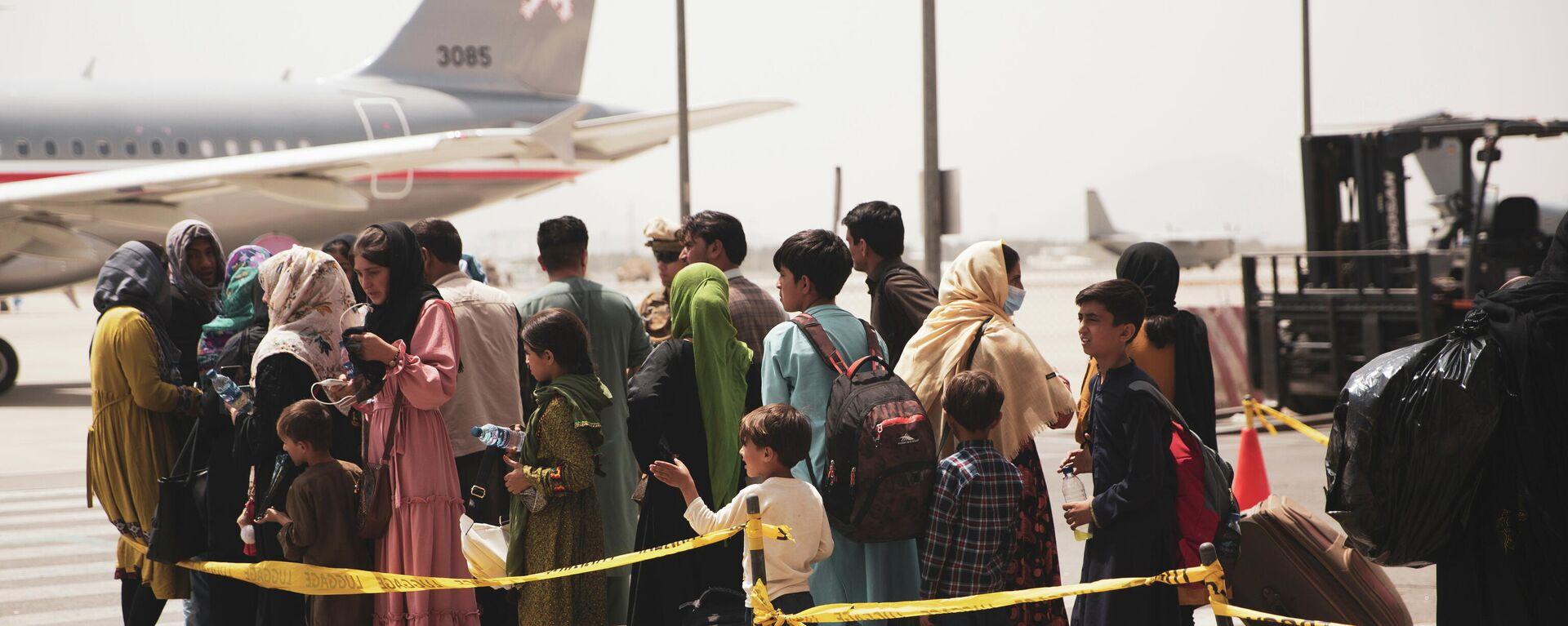 Civiles abordan un avión durante una evacuación en el Aeropuerto Internacional Hamid Karzai, Kabul - Sputnik Mundo, 1920, 19.08.2021